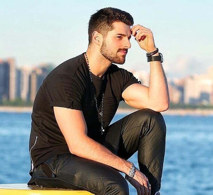 Alok usando pulseira masculina